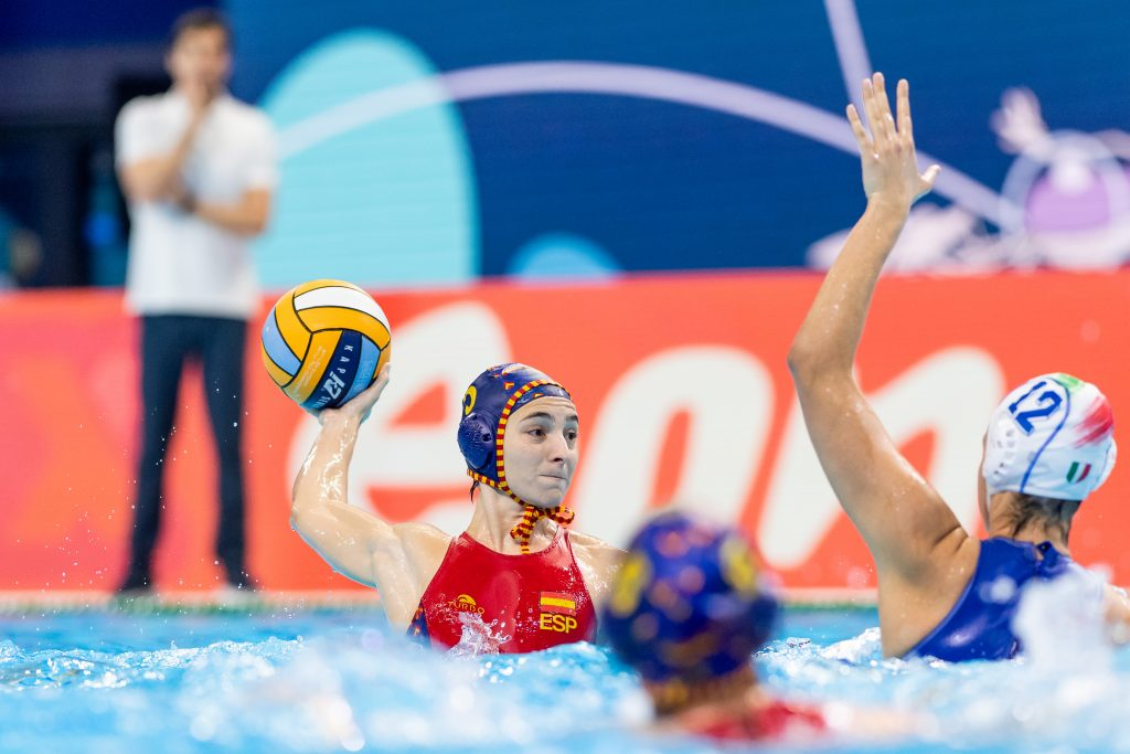 España vuelve a ganar dominando a Italia