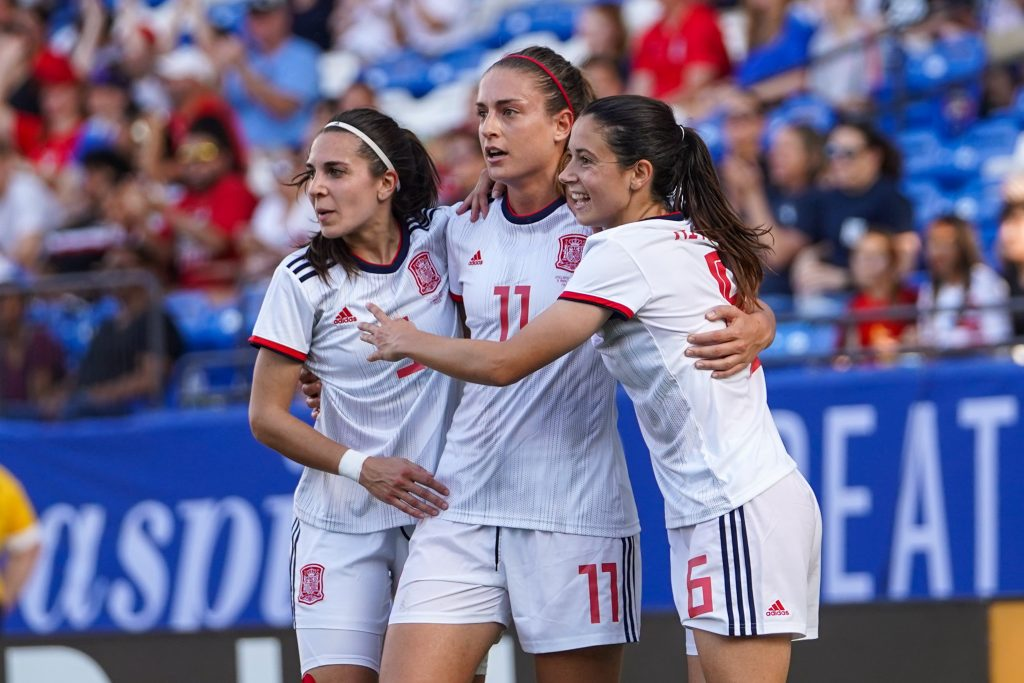 Jugadoras de España celebran el gol